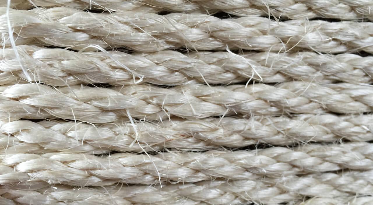 Foto: Sisalseil in Detailaufnahme. Man sieht deutlich, wie die einzelnen Fasern vom Sisalseil abstehen. Unbequem für Menschen, aber perfekt für Katzen zum Krallenschärfen.