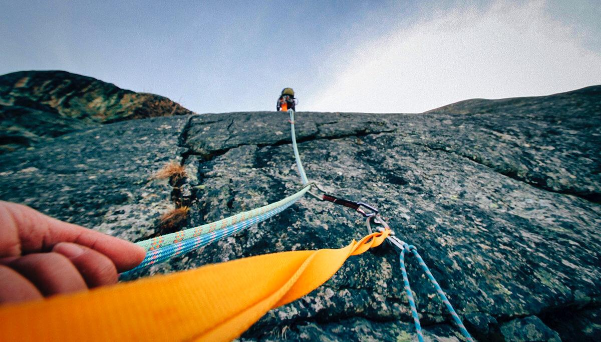 Halbseile müssen ebenfalls harte Tests bestehen, bevor sie in den Handel kommen. In den meisten Fällen kann man aus dem Grund ein Halbseil im Einzelstrang zum Klettern nehmen (Foto: Pexels/Pixabay).