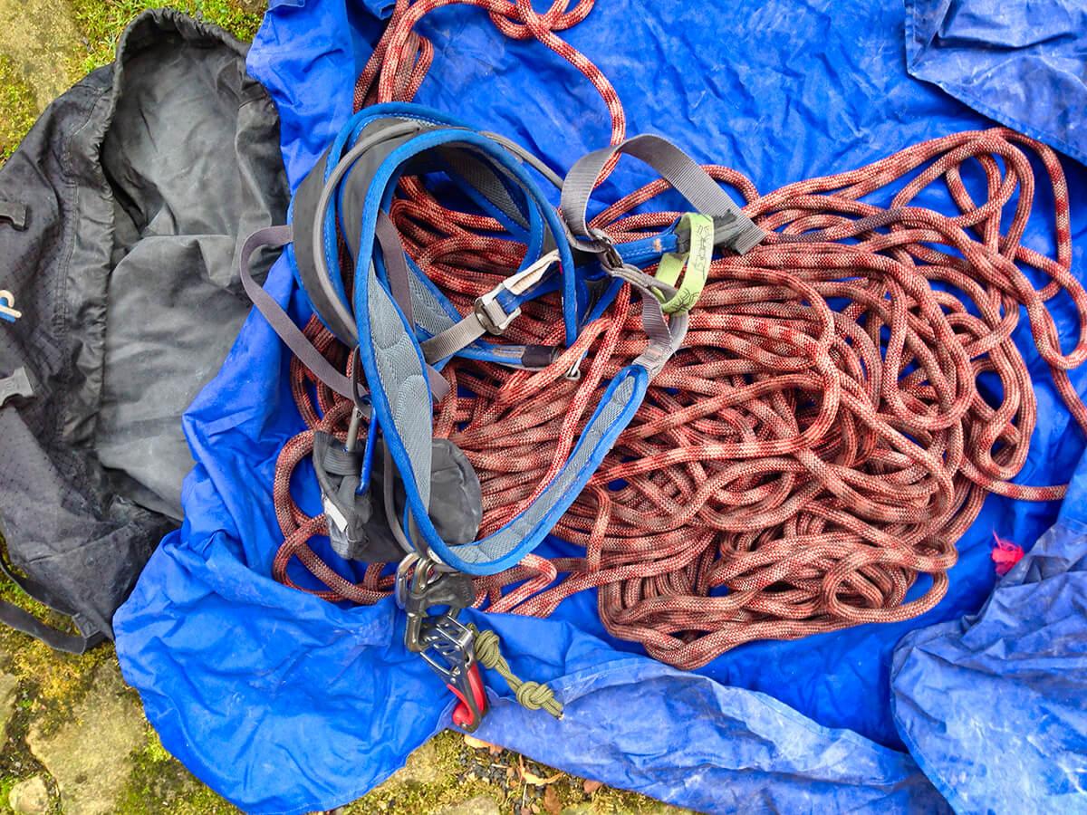 Ein Seilsack ist eine empfehlenswerte Sache, da es das Kletterseil vor Beschädigungen durch Scherben oder scharfe Steine schützt.